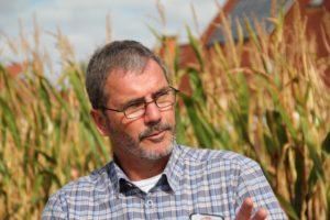 Jörg Jasper forklarer de tekniske detaljer I lysimeteret, som pt. bruges til forsøg i majs.